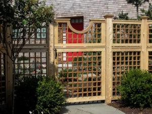 Декоративные заборы из дерева для коттеджа