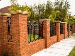 забор с кирпичными столбами цена