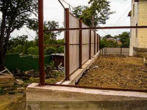 забор из металлопрофиля установка